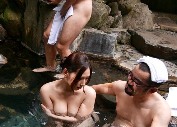 夫と温泉旅館に行く…不倫相手も一緒に。寝ている夫のそばで中出しまで強要。佐山愛