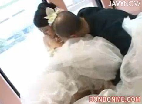 結婚式場から抜け出しマジックミラー号に乗車するウエディングドレス姿の花嫁さん