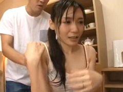 豪雨に遭いびしょ濡れでやって来た隣の奥さんをハメて中出し! 美泉咲