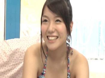 海水浴にきていた歯科衛生士のすずかさん(21)に童貞クンの筆おろしをお願いする。