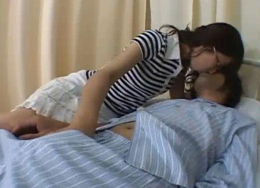入院中の彼氏をこっそり抜いてくれるドスケベ女