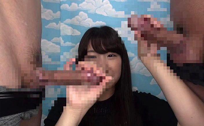 おもちゃで夫の大きさを確認後、メガチ○ポを見せつけ反応を観察。その大きさに驚く奥様に手コキやフェラをしてもらうと