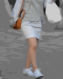 ムチ脚ホワイトデニムのミニスカ