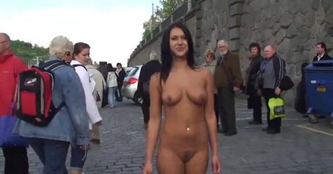 アダルト動画:こんな美女が一般人がたくさんいるのにヌード撮影している