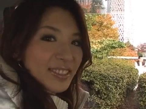 アダルト動画:真っ昼間の新宿の路上で隠れてフェラチオ