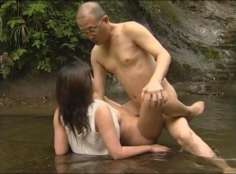 アダルト動画:【ドラマ】下ぶくれブサ娘がオヤジと丸出し川遊び