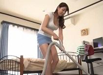 (香山美桜えろムービー)香山美桜 ムスコの家を掃除するタイトミニお母ちゃんのチラリズム