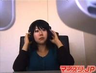 個室ビデオ店で電マオナニーして崩れ果てるロングブーツお姉さん