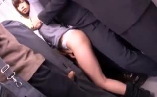 痴女白ギャルが電車で男を誘惑してパンツコキや素股で尻射させてくれた無料エロ動画♪