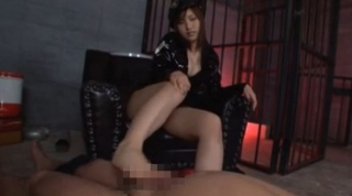 痴女過ぎるドS女看守がM男を美脚の足コキで刺激して強制射精させる脚フェチ無料エロ動画♪