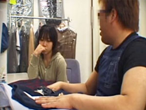 制服の素人の無料マスタべ動画。制服を売りに来ただけなのに店長に丸め込まれて犯される素人娘を隠し撮り