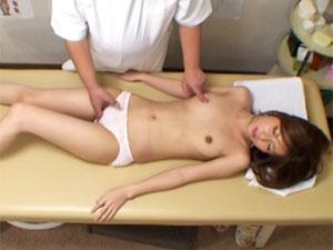 OLのマッサージ無料onani-動画。素人丸ノ内OLがオマンコをほじられる快感に負けてエロマッサージ師に喰われる様子を隠し撮り