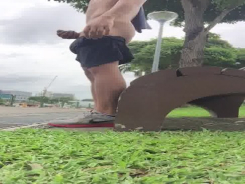【ウホ】人が来そうでドキドキ。公園で露出自慰行為する細ムキムキ♂◆