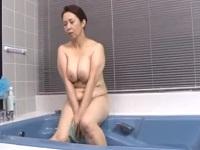 好きな人にはたまらない!五十路のむっちりぽっちゃりな熟女が風呂で夢中になってオナニー!!