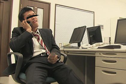スーツリーマンがひとりのオフィスでテレフォンSEX!淫語がエロく響き渡る!
