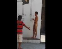 【ウホ】町中に設置されているシャワーで体を洗うラテン系青年♂