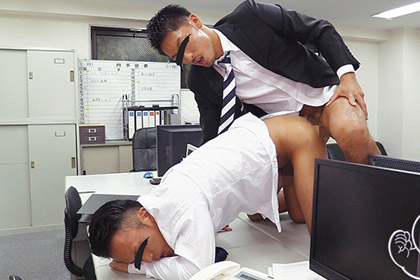 二人きりのオフィスでホモ上司にケツ掘られて潮噴きしちゃったノンケリーマン