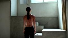 佐々木希、上半身裸画像2