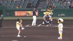 NMB48山本彩パンチラ始球式画像2