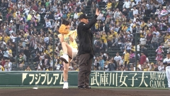 NMB48山本彩パンチラ始球式画像5