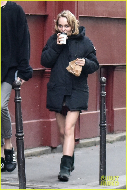 lily-rose-depp-mystery-guy-paris-01.jpg
