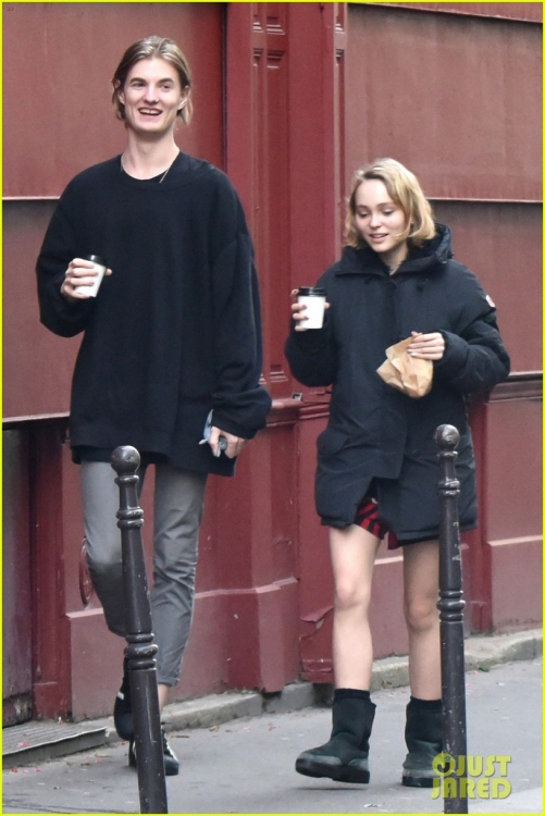 lily-rose-depp-mystery-guy-paris-03.jpg