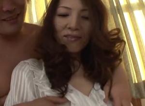 【パンストの熟女・人妻動画】パンスト姿がエロい素人五十路熟女が手マンで潮吹き