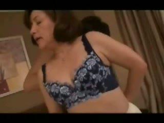 【ちくび えろ】五十路の熟女の手コキH無料動画。険しい顔の五十路熟女による乳首舐め手コキ