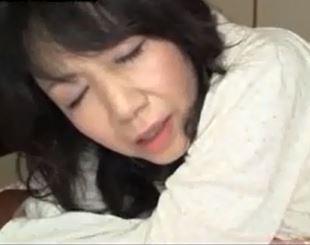 (ヒトヅマムービー)50代のカラダ☆亭主が留守の夜にムスコのオチンチンに突かれるヒトヅマ