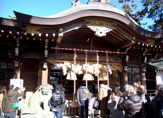 初詣の参詣客でにぎわう六所神社本殿