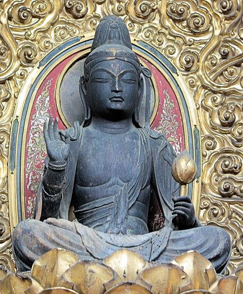 壇上に見上げる慶瑞寺・菩薩坐像