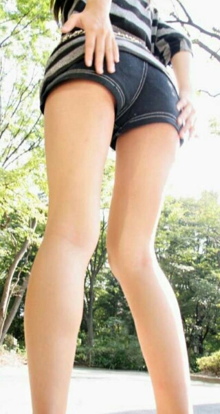 ショートパンツと生脚
