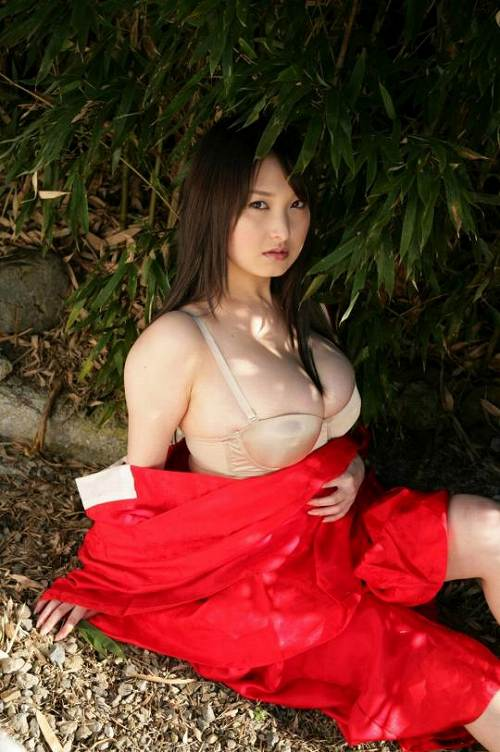中川朋美グラビア画像b12