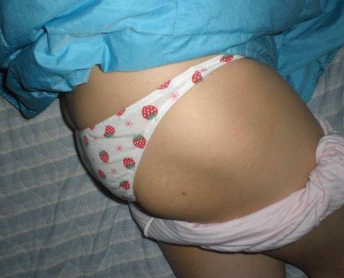パンティとエロいお尻を見せつけて寝てる女の子の盗撮画像まとめ 36枚 No.5