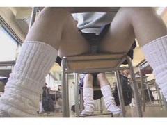 机の下から盗撮したお股が緩いJKのパンチラ画像を御覧ください♪ 31枚 No.4