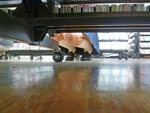 机の下から盗撮したお股が緩いJKのパンチラ画像を御覧ください♪ 31枚 No.17