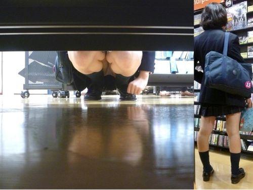 机の下から盗撮したお股が緩いJKのパンチラ画像を御覧ください♪ 31枚 No.18