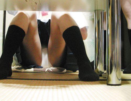 机の下から盗撮したお股が緩いJKのパンチラ画像を御覧ください♪ 31枚 No.22