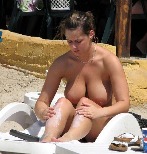 【海外】ヌーディストビーチで柔らかそうなおっぱいを盗撮したエロ画像 35枚 No.17
