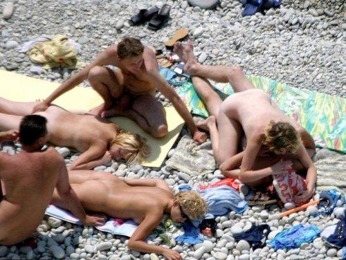 【海外】ヌーディストビーチで柔らかそうなおっぱいを盗撮したエロ画像 35枚 No.24