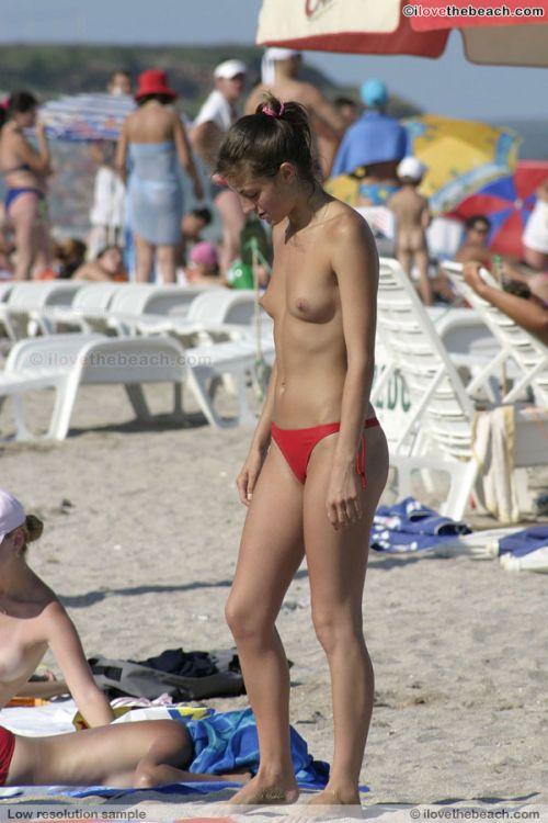 【海外】ヌーディストビーチで柔らかそうなおっぱいを盗撮したエロ画像 35枚 No.26
