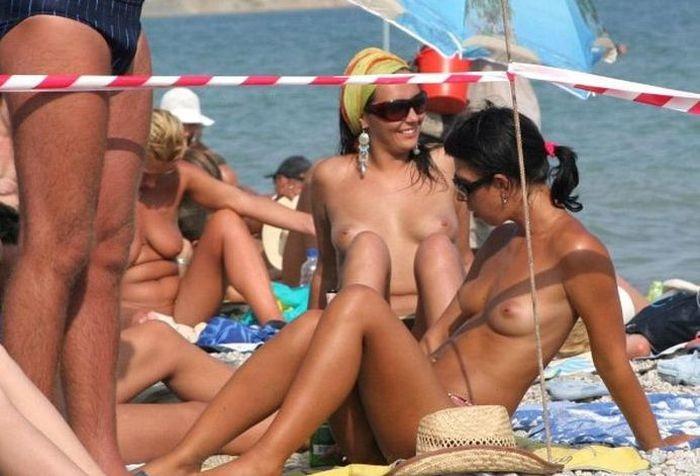 (海外)ヌーディストビーチで柔らかそうなお乳を秘密撮影したえろ写真 35枚
