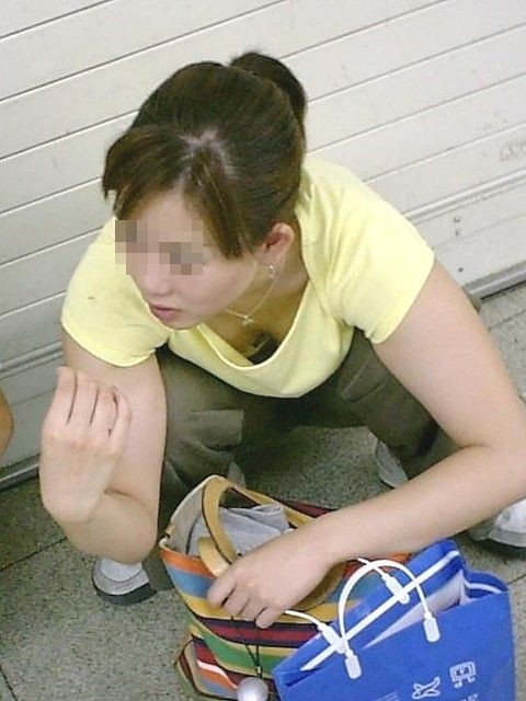 【盗撮画像】貧乳でも巨乳でも前傾姿勢ならおっぱいポロリしちゃって当たり前~♪ 38枚 No.35