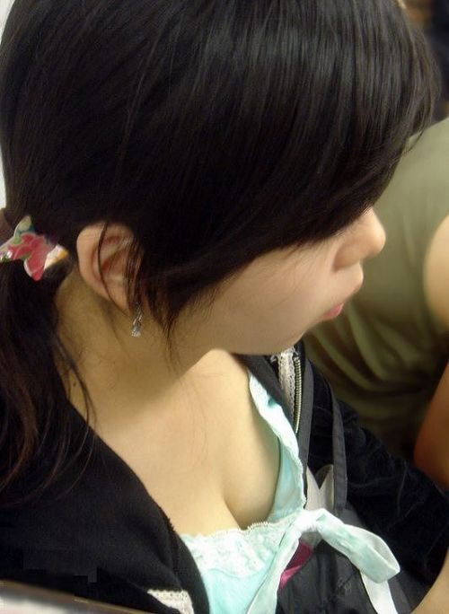 【盗撮画像】電車内で素人女性の胸チラがめちゃくちゃエロいんだがww 35枚 No.4