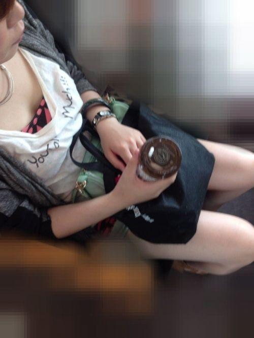 【盗撮画像】電車内で素人女性の胸チラがめちゃくちゃエロいんだがww 35枚 No.5