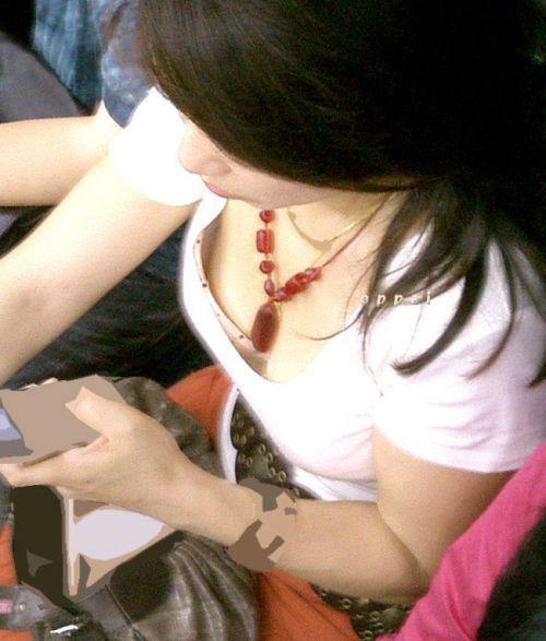 【盗撮画像】電車内で素人女性の胸チラがめちゃくちゃエロいんだがww 35枚 No.11