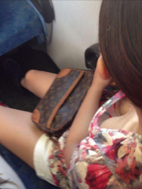 【盗撮画像】電車内で素人女性の胸チラがめちゃくちゃエロいんだがww 35枚 No.13