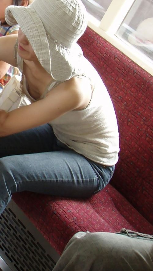 【盗撮画像】電車内で素人女性の胸チラがめちゃくちゃエロいんだがww 35枚 No.24