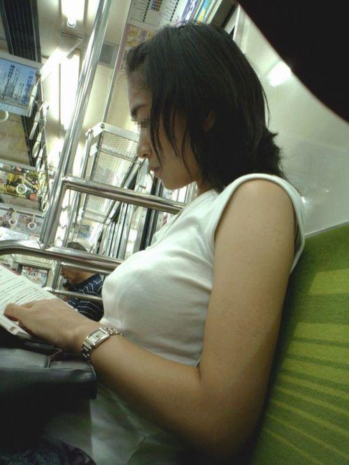 【盗撮画像】電車内で素人女性の胸チラがめちゃくちゃエロいんだがww 35枚 No.25