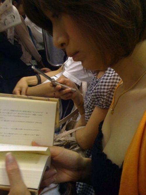 【盗撮画像】電車内で素人女性の胸チラがめちゃくちゃエロいんだがww 35枚 No.29
